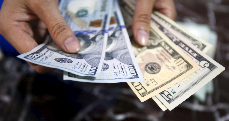 Kiểm tra đồng đô la Mỹ tại một ngân hàng ở Hà Nội, Việt Nam. Ảnh chụp ngày 12/08/2015