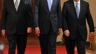 US President Barack Obama (C) with Israeli PM Benjamin Netanyahu (L) and Palestinian President Mahmoud Abbas (R)