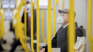 Un homme portant un masque FFP2 dans le métro de Berlin le 20 janvier (image d'illustration).
