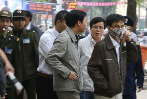 Luật sư Lê Quốc Quân (người thứ 2, từ phải sang trái) trước lúc ông bị bắt nhân phiên tòa xét xử ông Cù Huy Hà Vũ tại Hà Nội năm 2011.