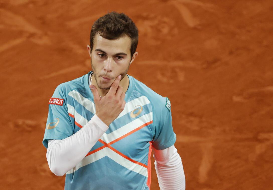 Le tennismen français Hugo Gaston réagit lors de son quatrième match contre l'Autrichien Dominic Thiem à Roland Garros, Paris, France, le 4 octobre 2020.