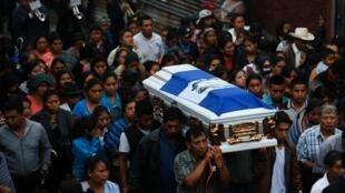 Ndugu wa Eric Rivas, kijana mwenye umri wa miaka 20 ambaye alipoteza maisha wakati wa mlipuko wa volkano ya Fuego, Guatemala.