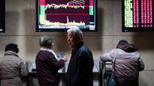 Des investisseurs chinois devant les informations en temps réel de la Bourse de Shanghai, ce jeudi 18 janvier 2018.