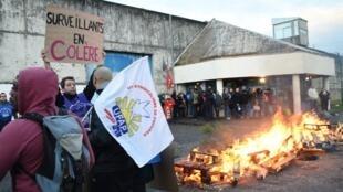 Акция протеста надзирателей в тюрьме Градиньяна на юго-западе Франции, 15 января 2018 года.