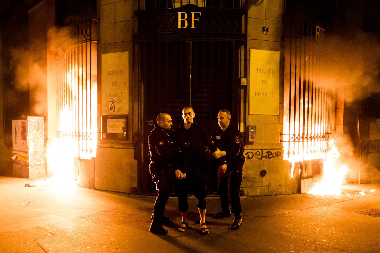 Акция Петра Павленского на площади Бастилии