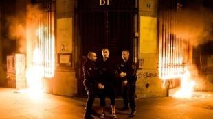 Акция Петра Павленского на площади Бастилии 16 октября 2017 года