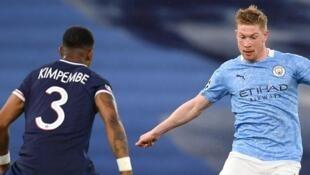 Le défenseur du Paris-SG, Presnel Kimpembe (g), face au milieu belge de Manchester City, Kevin De Bruyne, lors de la demi-finale retour de la Ligue des champions sur la pelouse de Manchester City, le 4 mai 2021