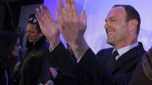 Steeve Briois, del ultraderechista Frente Nacional, obtuvo la alcaldía de Hénin-Beaumont desde la primera vuelta.