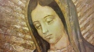 La imagen de la Virgen de Guadalupe está impresa sobre la tilma del indio Juan Diego.