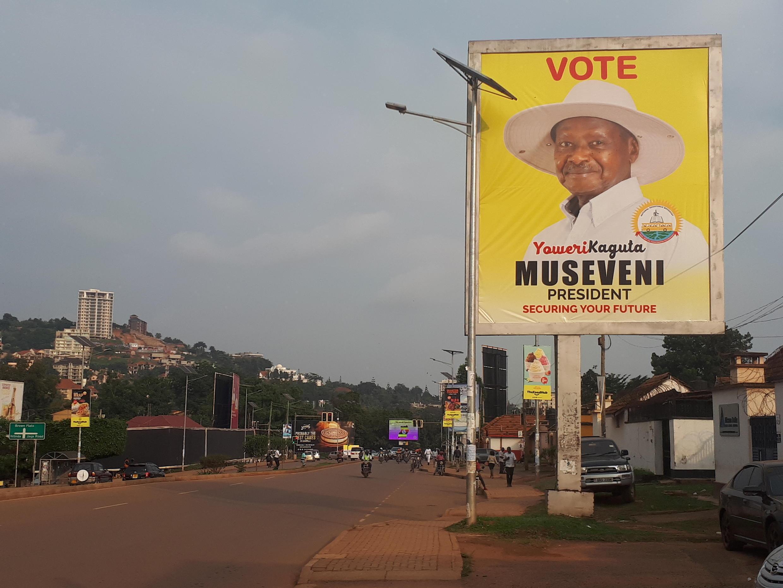 Une affiche de campagne du président ougandais depuis 35 ans en Ouganda, Yoweri Museveni, qui se présente une nouvelle fois.
