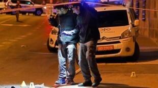 Policiais investigam atropelamento no centro de Jerusalém que deixou 14 feridos na madrugada desta quinta-feira (6).
