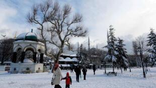 Les touristes flânent sur la place Sultanahmet enneigée, dans la vieille ville historique d'Istanbul, le 18 février 2015.