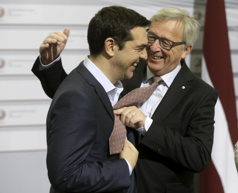 O presidente da Comissão Europeia, Jean-Claude Juncker (à direita) e o premiê grego, Alexis Tsipras, já discordaram tantas vezes nos bastidores que partiram para a risada.
