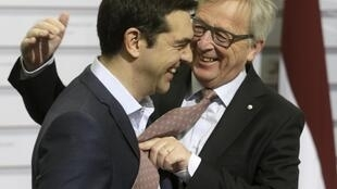 MM. Juncker et Tsipras, le 22 mai 2015 à Riga. Face au Premier ministre des «sans cravate» de Syriza, le président de la Commission prête la sienne.