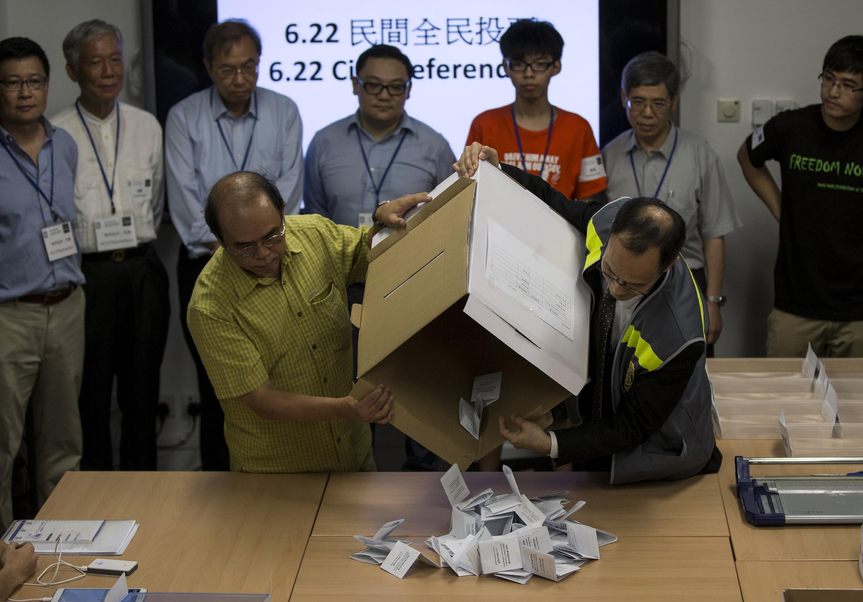Gần 800.000 dân Hồng Kông tham gia cuộc trưng cầu dân ý - REUTERS /Tyrone Siu