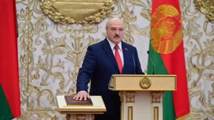 El presidente de Bielorrusia, Alexander Lukashenko, presta juramento durante su ceremonia de toma de posesión en Minsk, el 23 de septiembre de 2020