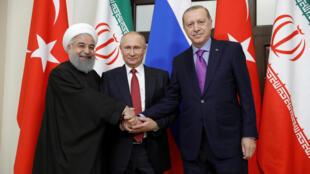 Tổng thống Nga V. Putin (G) và tổng thống Iran Hassan Rouhani (T) và thủ tướng Thổ Nhĩ Kỳ Tayyip Erdogan tại thượng đỉnh Sotchi về Syria ngày 22/11/2017.