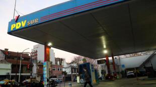 Ảnh minh họa : Một trạm xăng của tập đoàn dầu khí Venezuela PDVSA, mở tại Buenos Aires, Argentina. Ảnh 13/08/2018.