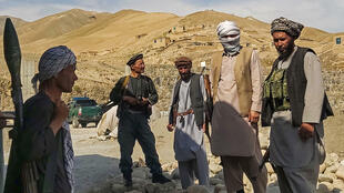 Miembros de milicias afganas montan guardia en un puesto durante una patrulla contra combatientes talibanes en un paraje de Taloqan, en la provincia de Tajar, el 6 de julio de 2021 al norte de Afganistán