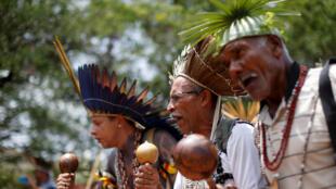 Indígenas de varias tribus de Brasil bailan mientras esperan para entregar una carta al presidente Jair Bolsonaro. Brasil, 6 de diciembre de 2018.