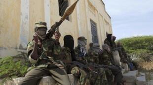 Wasu mayakan kungiyar al Shebaab a yankin Dayniile dake kudancin birnin Mogadishu. Daukar hoto ranar 5 ga watan Maris, 2012.