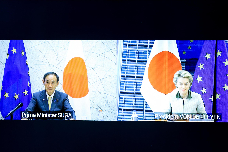 Thủ tướng Nhật Bản Yoshihide Suga và chủ tịch Ủy ban Châu Âu Ursula von der Leyen, trong cuộc họp cấp cao trực tuyến giữa Liên Hiệp Châu Âu và Nhật Bản ngày 27/05/2021.