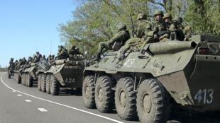 Tình hình tiếp tục căng thẳng tại Ukraina. Bên kia biên giới, đoàn xe thiết giáp Nga sẵn sàng chờ lệnh.