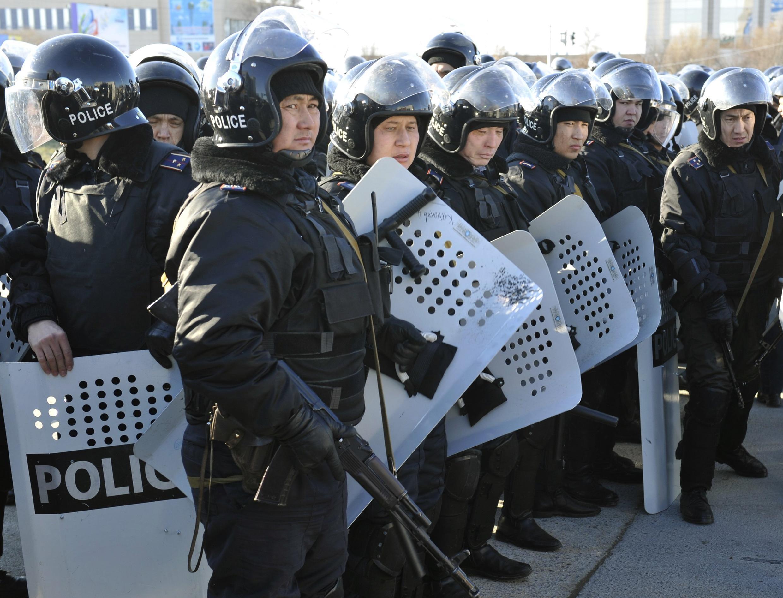 Спецподразделения полиции в казахском городе Актау 18 декабря 2011