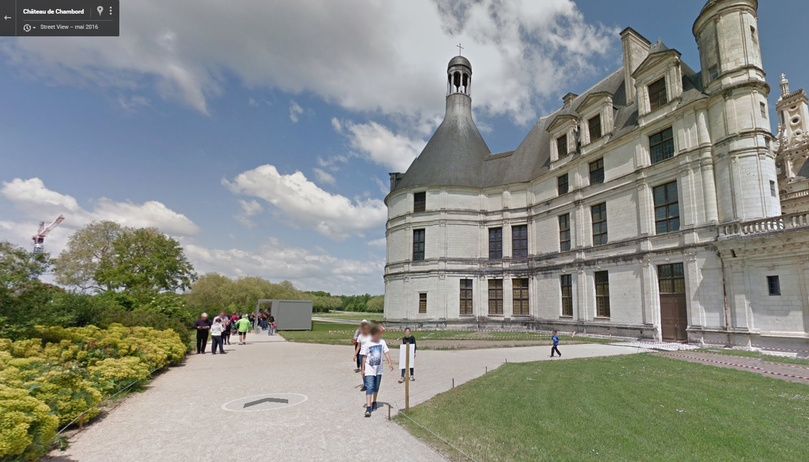 By clicking on the arrow, you can visit the alleys of the Château de Chambord.
