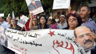 Des partisans de Chokri Belaïd scandent des slogans anti-islamistes devant la cour de Tunis où s'est ouvert le procès de l'assassinat du militant politique, perpétré en 2013.