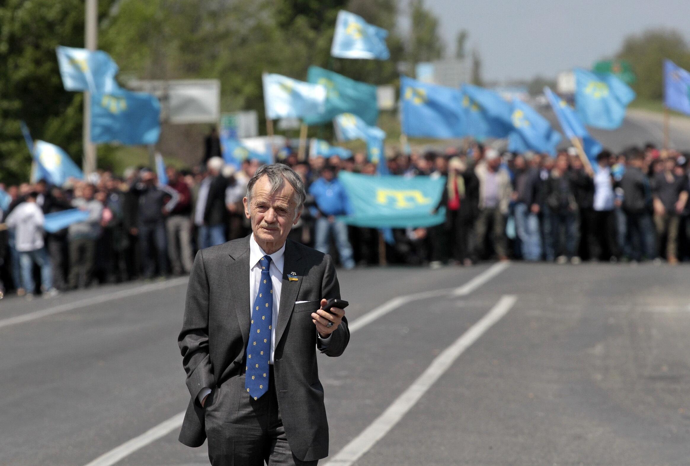Moustafa Djemilev, à la frontière de la Crimée, le 3 mai 2014, devant une foule de Tatars de Crimée venue l'accueillir à côté de la ville d'Armyansk.