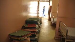 Salle d'hospitalisation encombrée au CHU de Kamengé au Burundi.