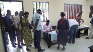 Opération de vote à Libreville au Gabon pour les élections législatives, le 6 octobre 2018.