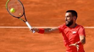 Le Bosnien Damir Dzumhur, ici en juin à Belgrade, a été exclu de Roland-Garros, à cause d'un contrôle positif de son entraîneur au Covid-19.