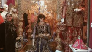 Dans le quartier de Medina Jedida à Oran, les familles se renseignent sur le coût de la location, qui peut varier de 280 à 480 euros environ.