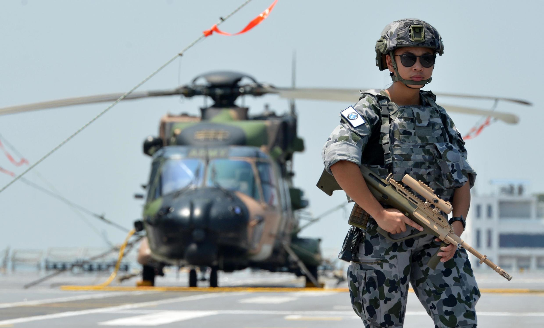 Hải quân Hoàng Gia Úc đứng canh gác trên chiến hạm HMAS Canberra (L02) đậu tại cảng Colombo, Sri Lanka, ngày 23/03/2019