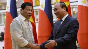 Tổng thống Philippines Rodrigo Duterte (T) bắt tay thủ tướng Việt Nam Nguyễn Xuân Phúc trong cuộc gặp tại Hà Nội ngày 29/09/2016.