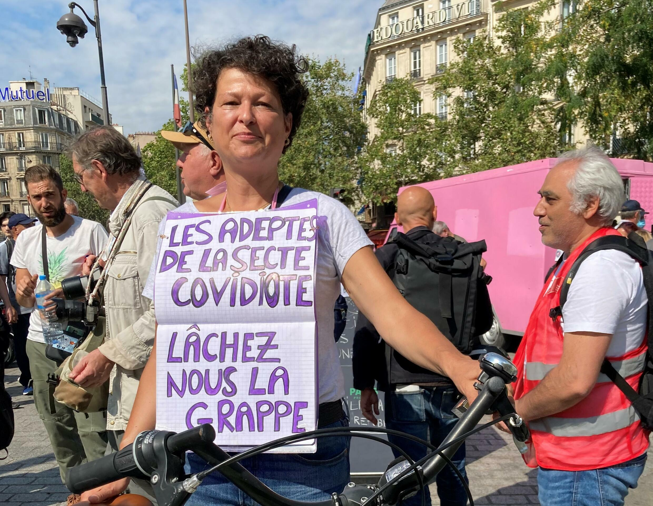 """For Stéphanie, health officials, doctors and mainstream media who back vaccination and the health pass are """"covidiots""""."""