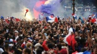 شادی فرانسویان پس از راهیابی تیم ملی فوتبالشان به فینال جام جهانی ۲٠۱۸
