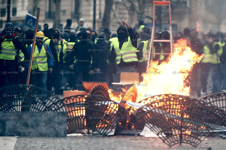Fuego y destrozos en la manifestación de los Chalecos Amarillos este sábado 8 de diciembre.