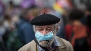 Cidadão francês durante protesto em Nantes.