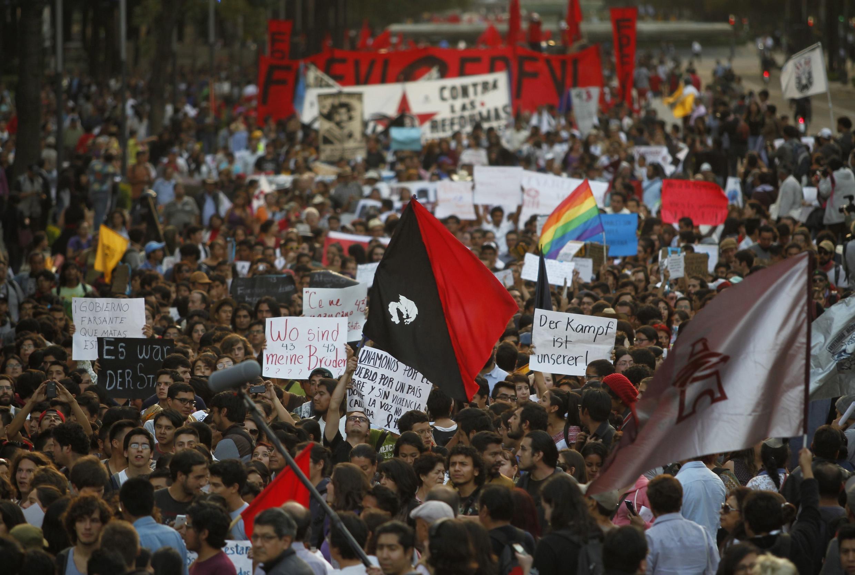 Miles de mexicanos se manifestaron este 5 de noviembre para exigir el regreso de los 43 estudiantes desaparecidos.