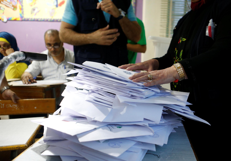 Des responsables comptent des bulletins de vote dans un bureau fermé, après la fin des votes des élections législatives au Liban, à Beyrouth, le 6 mai 2018.