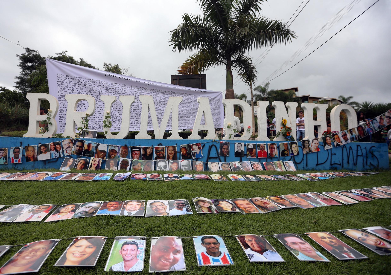 Fotografias das vítimas da catástrofe de Brumadinho foram expostas na entrada da cidade a 25 de janeiro de 2019.