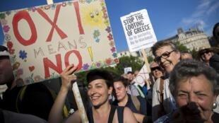 Ils étaient environ 17 000 à manifester pour le «non» au référendum, devant le Parlement grec à Athènes, le 29 juin 2015.