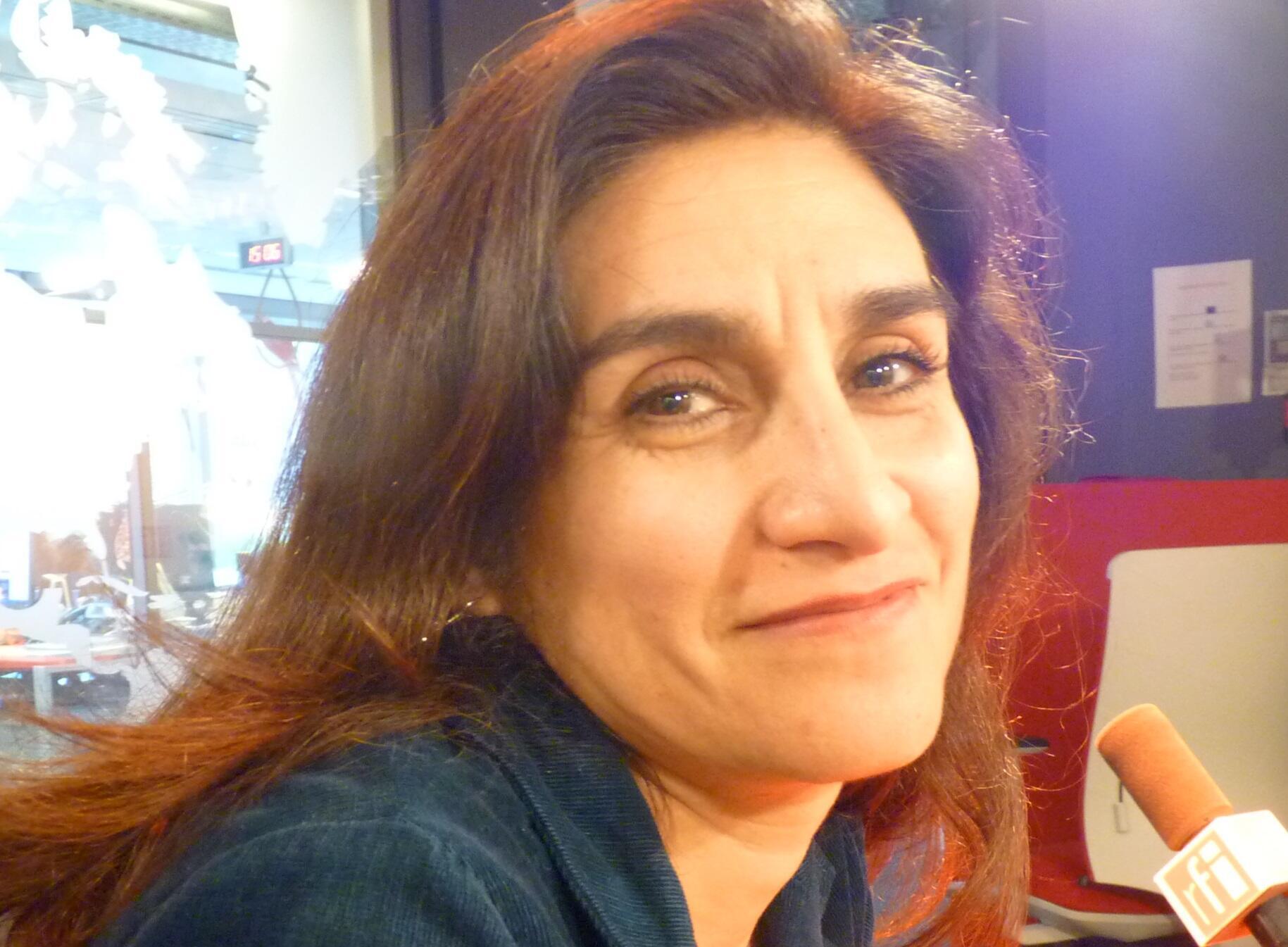 La artista franco-mexicana Daniela Prost en los estudios de RFI en París.