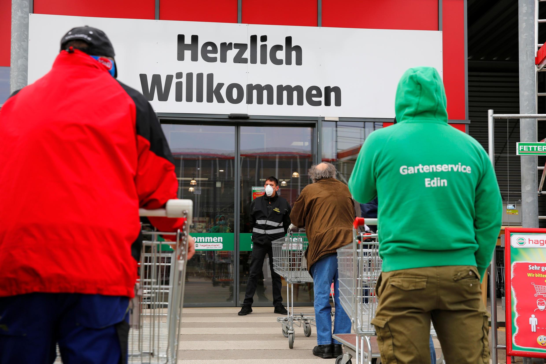Очередь перед магазином в австрийском Эйзенштадте, 14 апреля 2020