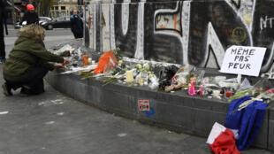 Площадь Республики в Париже: цветы и плакат «Нас не запугать» 14 ноября 2015.