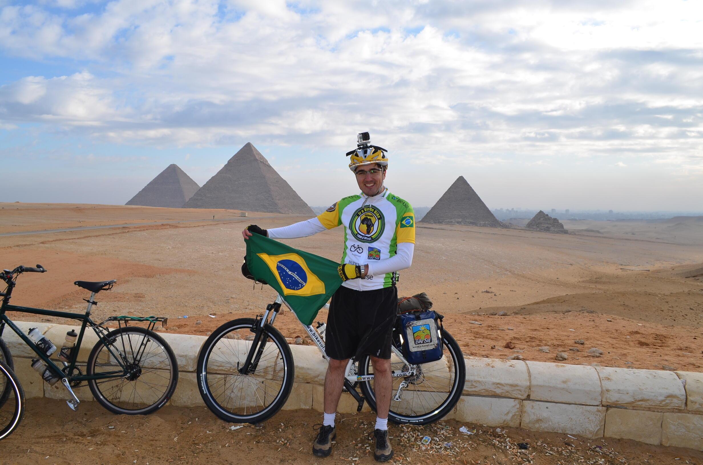 Alexandre Costa Nascimento passando pelas pirâmides do Egito, um dos 11 países percorridos.