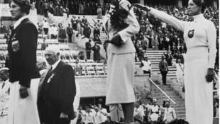 O pódio da esgrima feminina nos Jogos Olímpicos de Berlim de 1936.